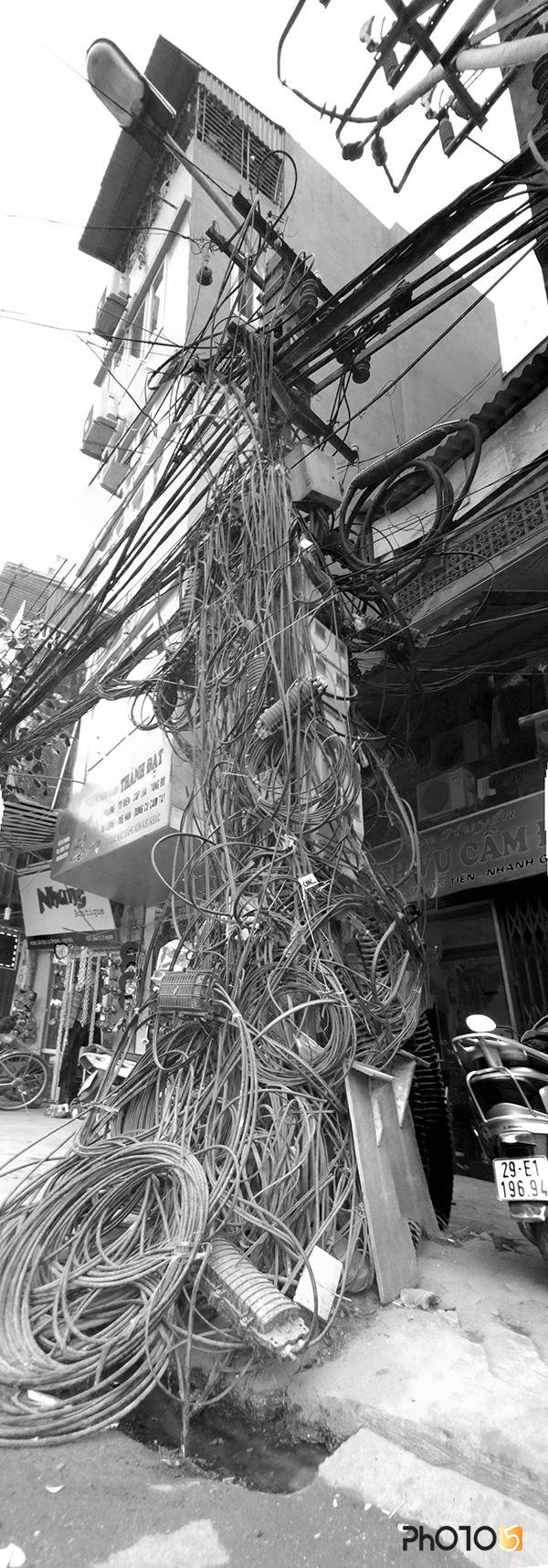 Cột điện, phố Đê La Thành, Hà Nội, 11/2012